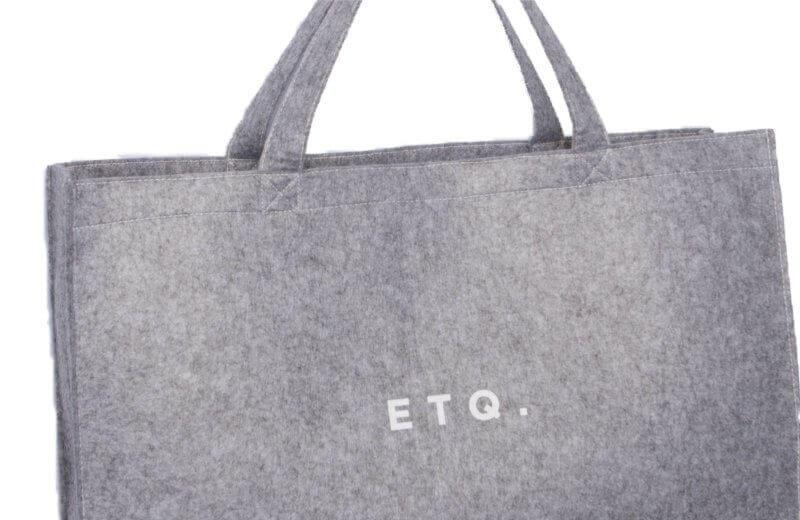 Iets Nieuws Vilten tas in stijlvol grijs met witte opdruk | Groothandel in &BR01